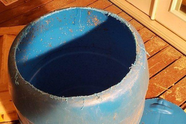 Пластиковая бочка в качестве бункера кормушки