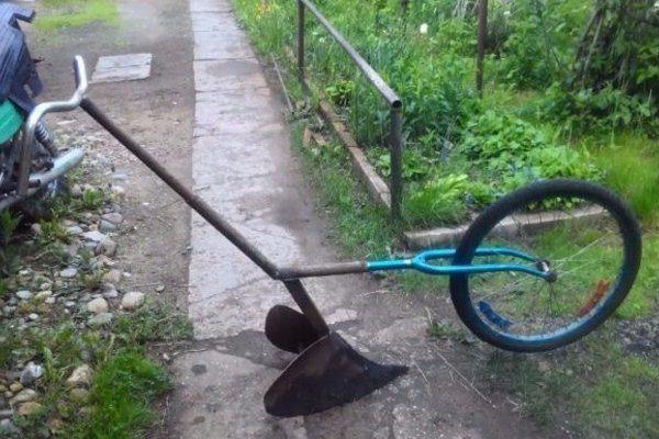 Окучник из велосипедного колеса и вилки