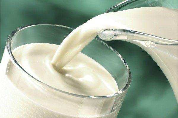 Молоко наливают в стакан