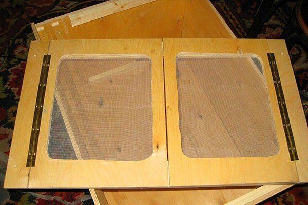 На дверцах сделать сетчатые окошки