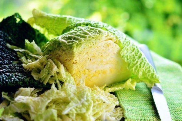 Шинкует савойскую капусту