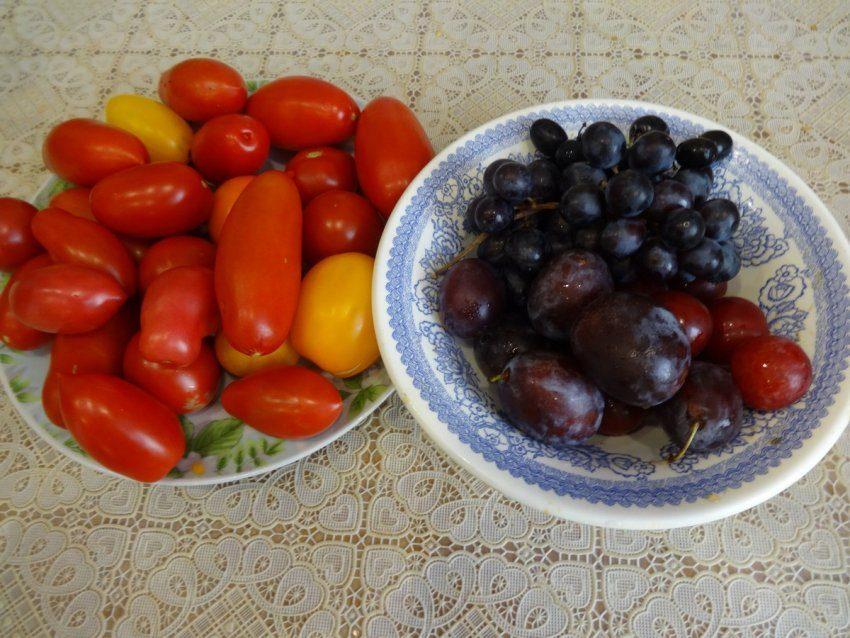 Маринованные томаты со сливами и с виноградом - рецепты из социальных сетей